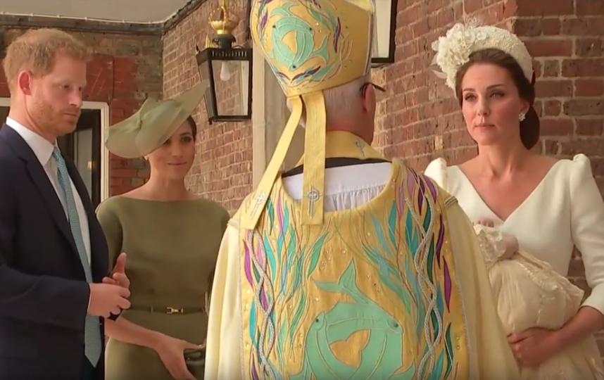 Меган Маркл и принц Гарри на крестинах принца Луи. Фото Скриншот Youtube