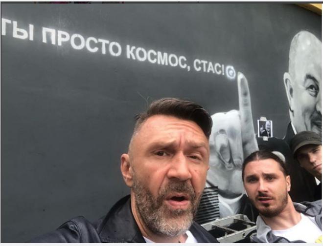 Шнуров сделал селфи на фоне портрета. Фото соцсети