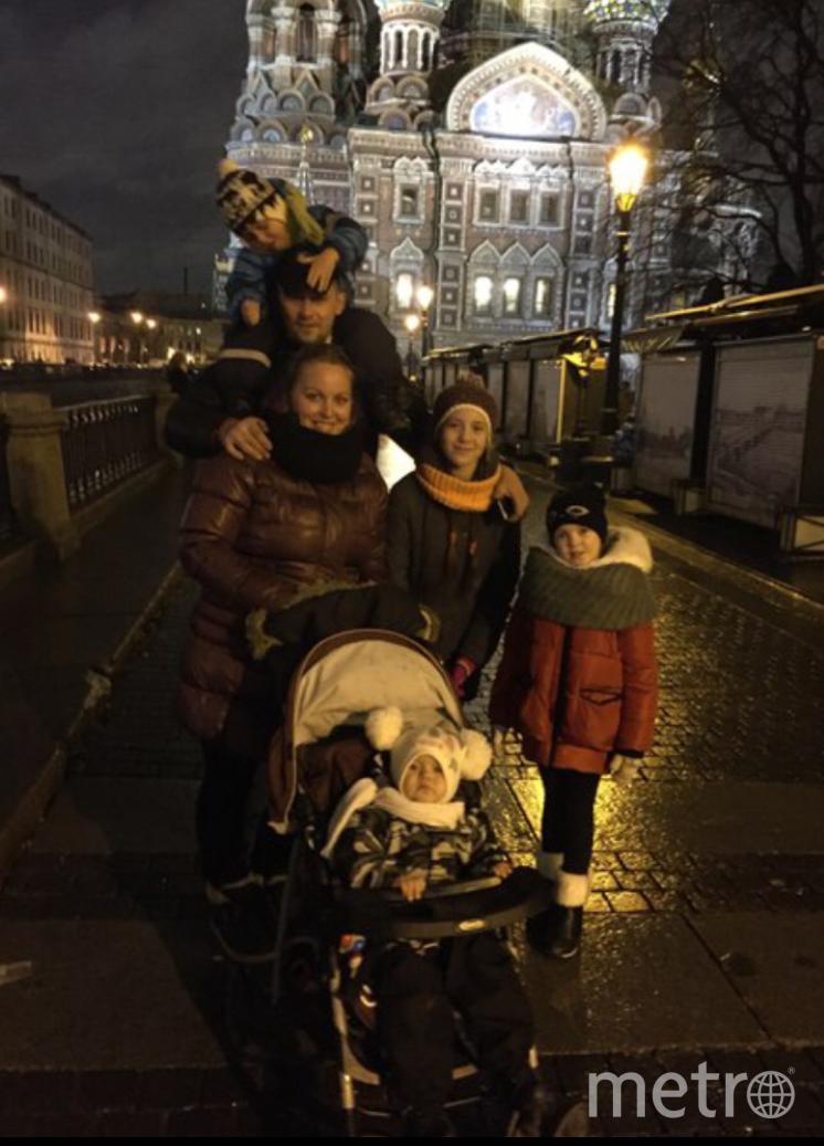 В нашей большой семье есть маленькая традиция, но очень полезная - это прогулки по Санкт-Петербургу! В новогодние праздники всегда Всей семьей гуляем в центре города . Очень любим проводить время вместе , ведь так здорово чувствовать себя детьми рядом со своими собственными детишками. Фото Ирина  Дедова