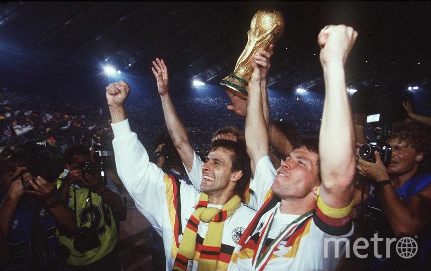 Сборная Германии празднует победу в чемпионате мира по футболу, 1990 год. Фото Getty