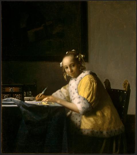 """""""Женщина, пишущая письмо"""" появлялась на разных картинах Вермеера в этом жёлтом полушубке, отороченном мехом, с жемчужными серьгами и ожерельем. Здесь она как будто на секундочку подняла голову от письма, когда её окликнули. Это могло быть хорошим сюжетом для мгновенной фотографии, но для картины и художественного снимка девушкам пришлось позировать часами. Оригинал картины хранится в Национальной галерее искусства в Вашингтоне. Фото Предоставлено организаторами"""