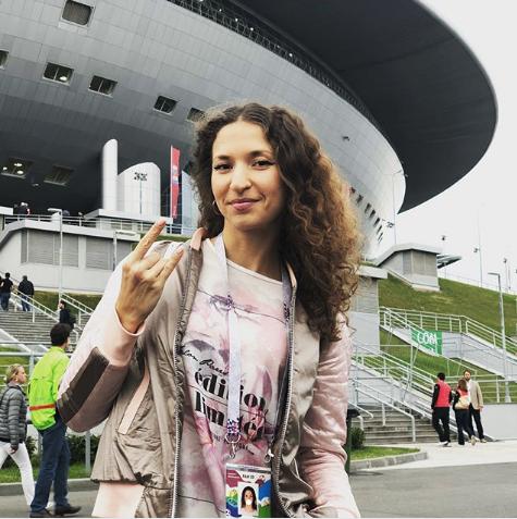 Болельщица матча Франция – Бельгия. Фото Instagram/curly_di