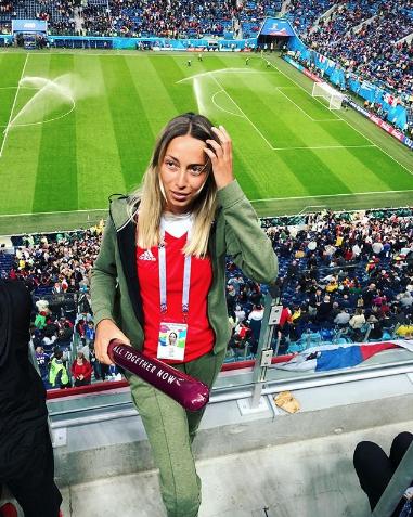 Болельщица матча Франция – Бельгия. Фото Instagram/vasya_nogi