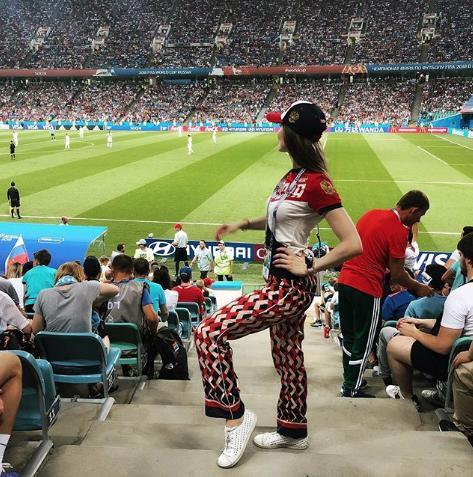 Болельщица матча Франция – Бельгия. Фото Instagram/crypto_lady