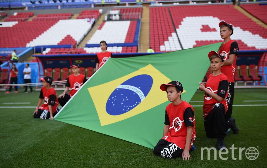 Эдуард Альмиев (верхний правый край флага) вместе с другими флагоносцами держит флаг сборной Бразилии на ЧМ–2018. Фото Фото предоставлено Coca-Cola.