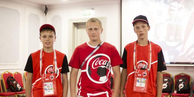 Эдуард Альмиев (слева) с другими флагоносцами.