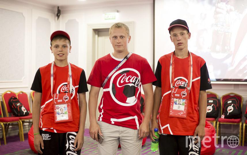 Эдуард Альмиев (слева) с другими флагоносцами. Фото Фото предоставлено Coca-Cola.