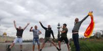 Испанские болельщики перед отъездом из России прошлись по центру Москвы: репортаж