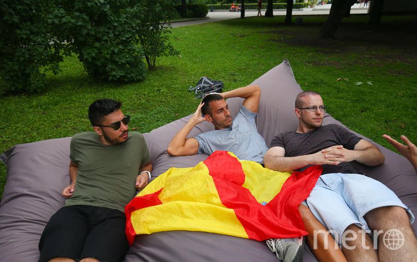 Испанцы на пуфике в Парке Горького. Фото Василий Кузьмичёнок