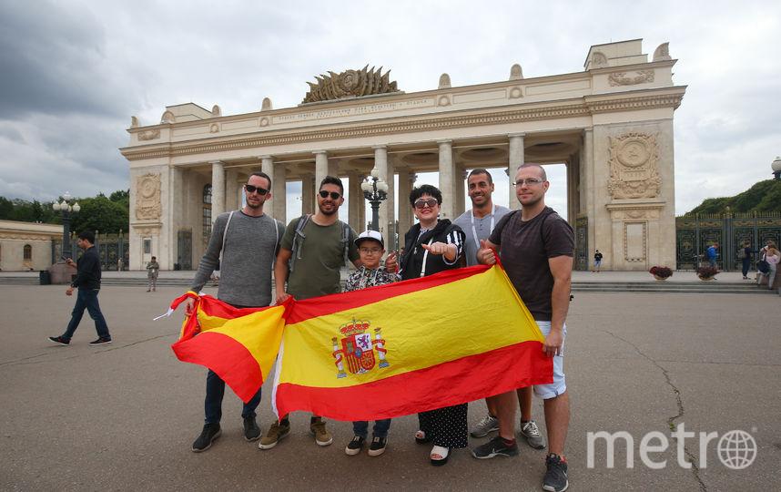 Москвичи, которые фотографировались с испанцами, заверили нас, что это не попытка сделать «фото с трофеем», а искреннее выражение дружеских чувств. Фото Василий Кузьмичёнок