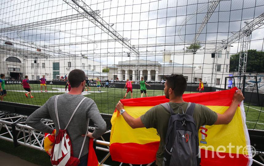 Во дворе Провиантских складов Музея Москвы на время чемпионата появилась футбольная коробка. Испанцы не смогли пройти мимо и оживлённо комментировали происходящее на поле. Фото Василий Кузьмичёнок