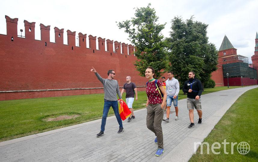 Болельщики у кремлёвской стены. Фото Василий Кузьмичёнок
