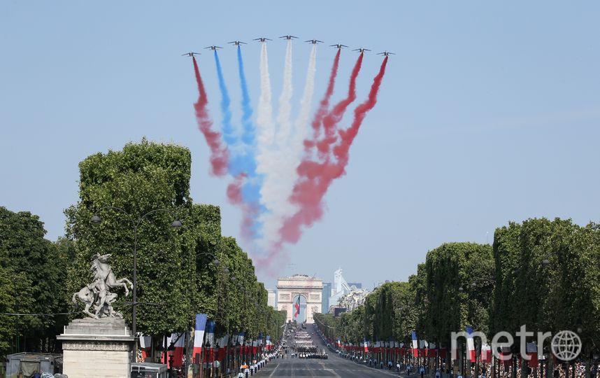 Неправильный триколор в небе над Парижем. Фото AFP