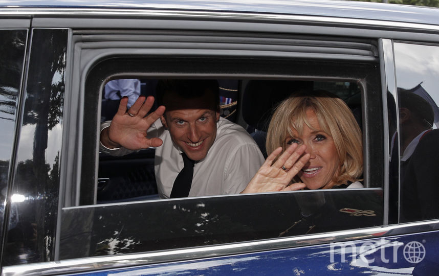 Эммануэль Макрон с женой Брижит. Фото AFP