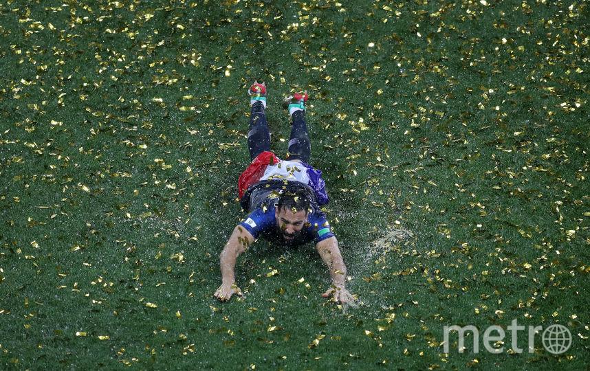 """Игрок сборной Франции не отказал себе в удовольствии """"искупаться"""" в Лужниках. Фото Getty"""