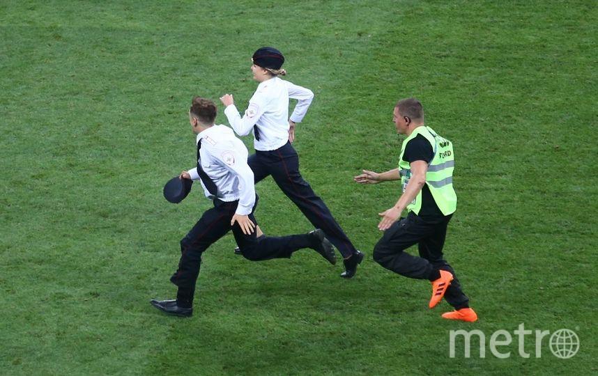 Активисты Pussy Riot убегают от стюардов в финальном матче чемпионата мира по футболу-2018. Фото Василий Кузьмичёнок
