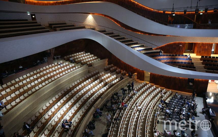Стены и потолок залов отделаны акустическими панелями из массива красного дереве магахони, пол зрительного зала выложен дубовым паркетом. Фото Василий Кузьмичёнок