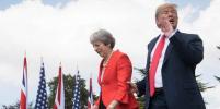 Ну и воспитание: Трамп загородил Елизавету II, не дав ей пройти, и вцепился в руку Мэй