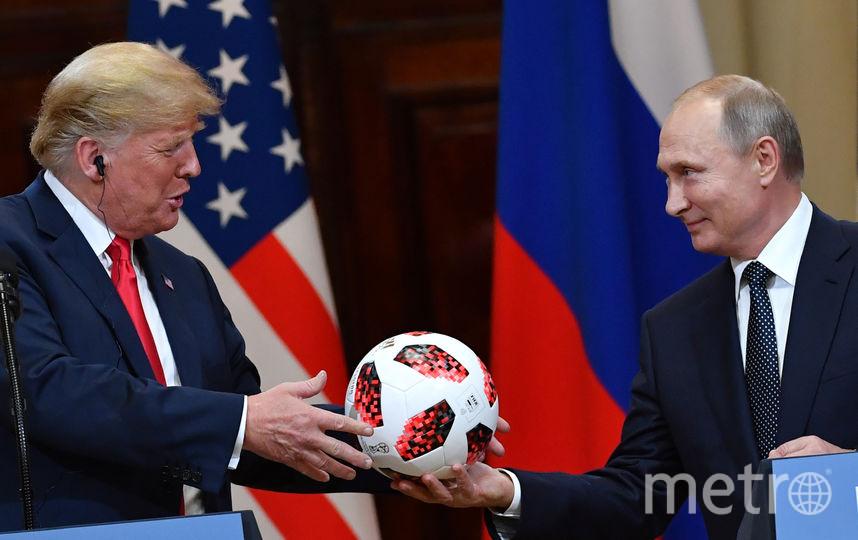 Владимир Путин подарил Трампу официальный мяч чемпионата мира по футболу-2018. Фото AFP