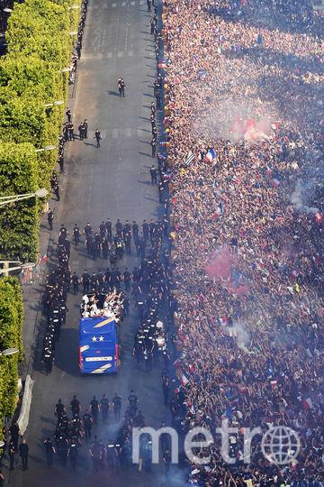 Сборную Франции фанаты встретили на Елисейских полях. Фото AFP