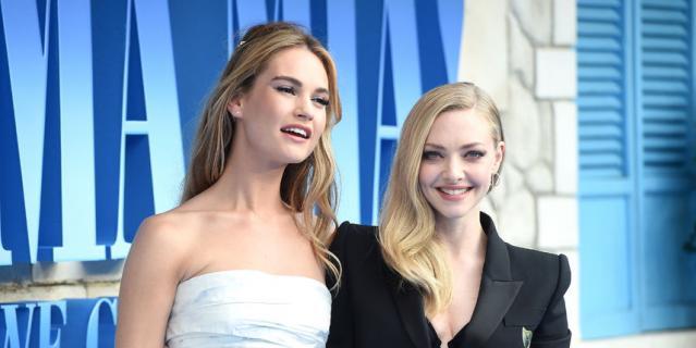 """Лондонская премьера фильма """"Mamma Mia! 2"""". Лили Джеймс и Аманда Сейфрид."""