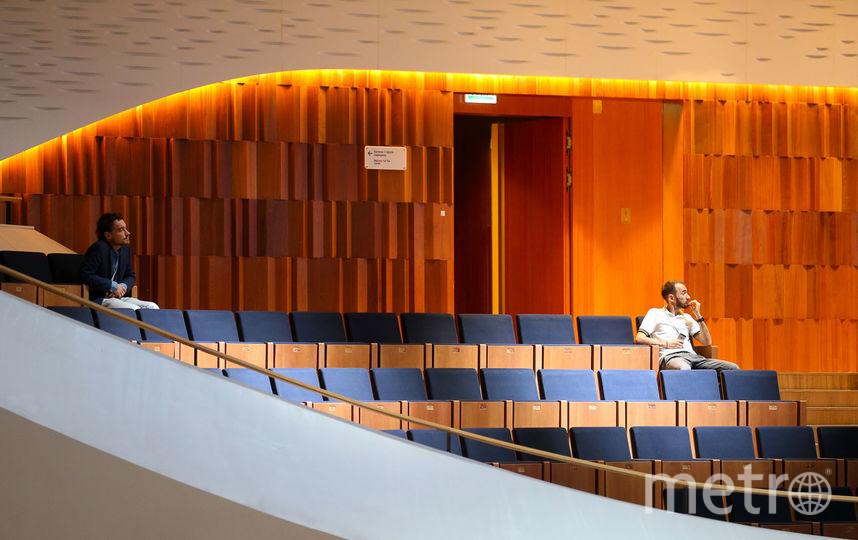 Акустические панели с красным деревом махагони покрывают стены концертного зала. Фото Василий Кузьмичёнок