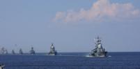 Фото боевых кораблей, которые прошли по Неве, выкладывают в Сеть