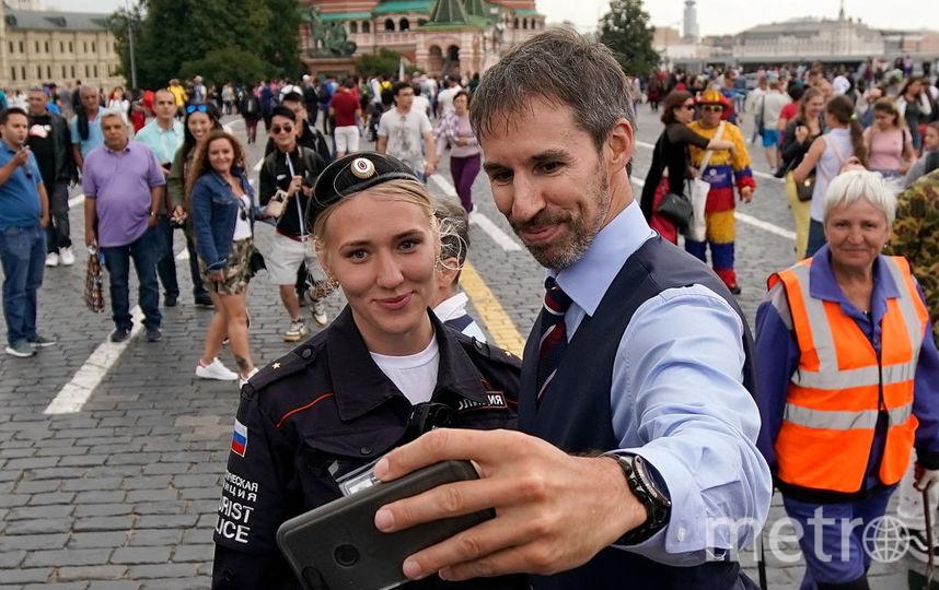 Тренер сборной Англии Гарет Саутгейт фотографируется с сотрудницей полиции в Москве. Фото Getty
