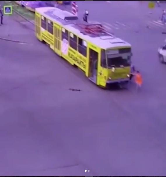 Вагоновожатая пыталась остановить трамвай. Фото https://www.instagram.com/p/BlXcsdknA4I/?tagged=%D1%82%D1%80%D0%B0%D0%BC%D0%B2%D0%B0%D0%B9