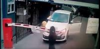 Ролик с автомобилисткой, сломавшей руками шлагбаум, стал хитом в Интернете. Видео