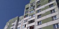 Маленькая девочка повисла на балконе на 9-м этаже в Петербурге: фото и видео