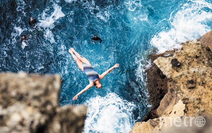Антонина Вышиванова начала прыгать с 20-метровой высоты, когда встретила свою любовь – клифф-дайвера Никиту. Теперь они выступают вместе. Фото  WWW. redbullcontentpool.com