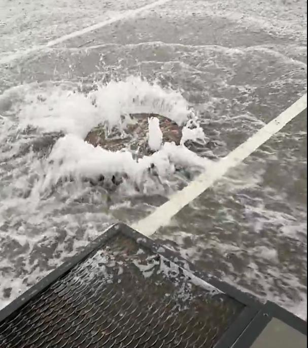 В Обухово во время дождя не справилась с потоками ливневка. Фото https://vk.com/spb_today