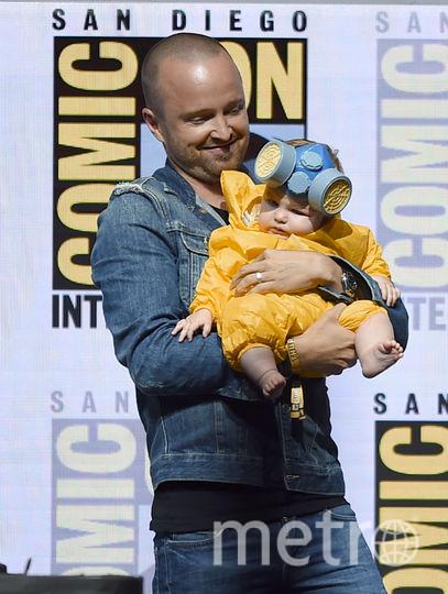 """Аарон Пол со своей дочерью в образе химика из сериала """"Во все тяжкие"""" на Comic-Con 2018 в Сан Диего. Фото Getty"""