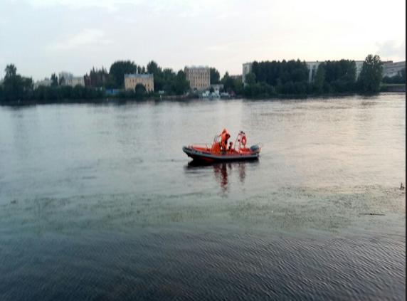 В Петербурге утонул подротоск, стараячь достать сумку из воды. Фото vk.com/spb_today