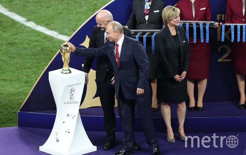 Глава ФИФА Джанни Инфантино и президент РФ Владимир Путин вместе с трофеем, вручаемым за победу на чемпионате мира. Фото Getty