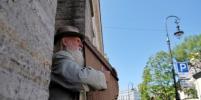 Бедный Садко: Необычный гусляр удивляет прохожих в центре Петербурга