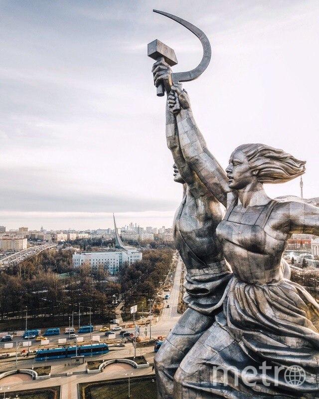 На лица «Рабочего и колхозницы» обычно не обращаешь внимания, особенно теперь, когда памятник подняли на пару десятков метров. Фото instagram.cim / @kosmaj_project