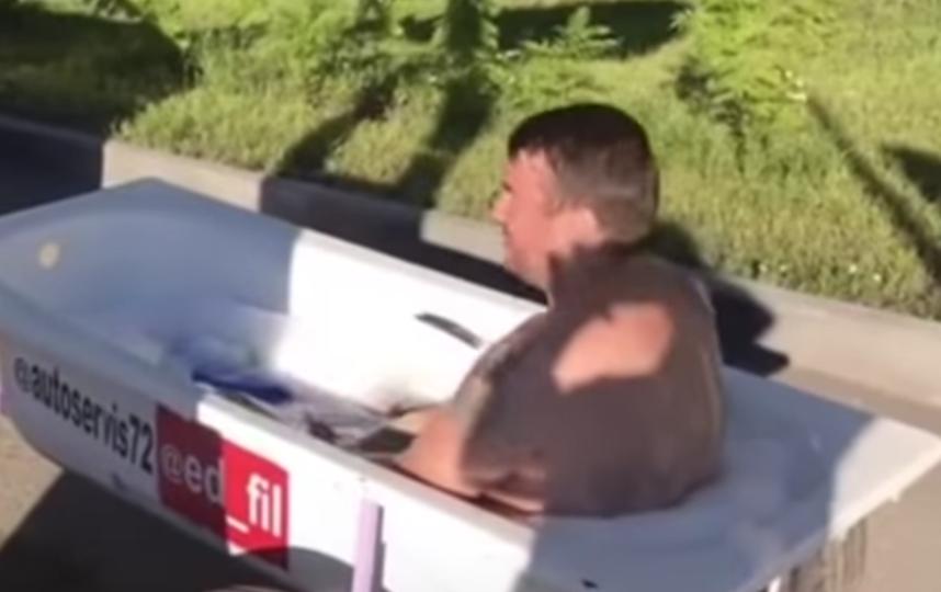 """Эдуард Филиппов катается в ванне по Тюмени. Фото Скриншот видео """"а: Новости"""", Скриншот Youtube"""
