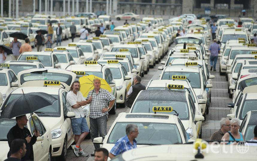 Документ предлагает страховать жизнь, здоровье и имущество пассажиров такси на максимальную сумму в два миллиона рублей. Фото Getty
