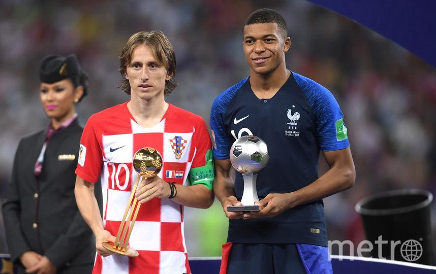 Хорват Лука Модрич с наградой лучшему игроку чемпионата мира, а француз Килиан Мбаппе – лучшему молодому футболисту. Фото Getty