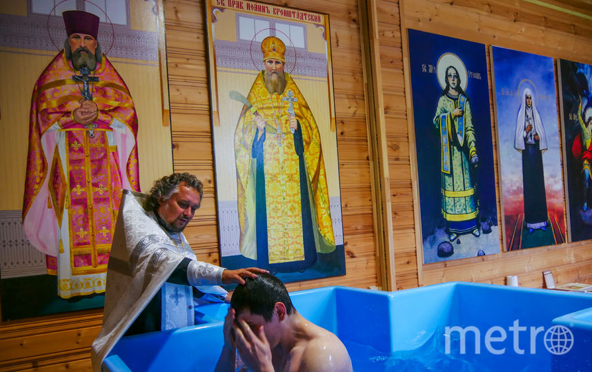 Отец Олег проводит таинство крещения. Фото предоставлено Священником Олегом Емельяненко