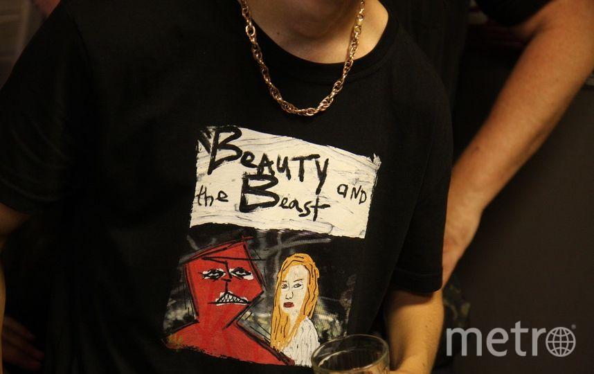 "Одну из своих картин ""Красавица и Чудовище"" Аполлон перенес на футболку. Фото Михаил Садчиков-младший, ""Metro"""
