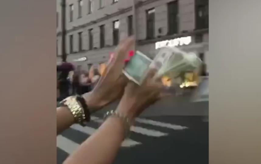 В Петербурге молодежь разбросала из окна иномарки доллары. Фото скриншот видео