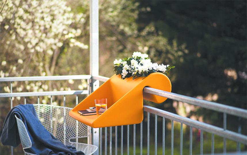 Кашпо – столик. Фото MYBALCONIA