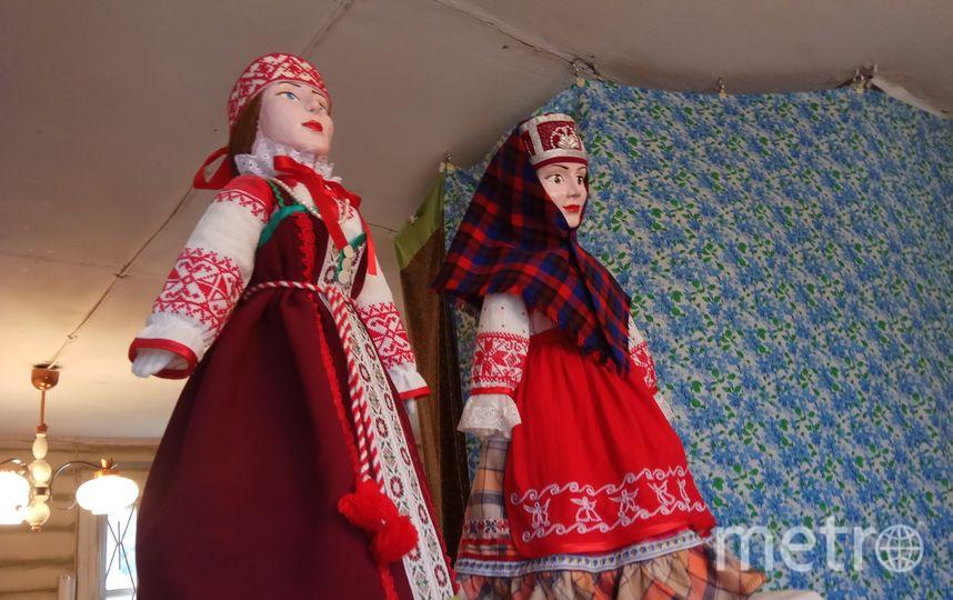 """Куклы в центре возрождения ремесел, Алеховщина. Слева - вепсская женщина. Справа - славянка. Фото Дарья Есенина., """"Metro"""""""