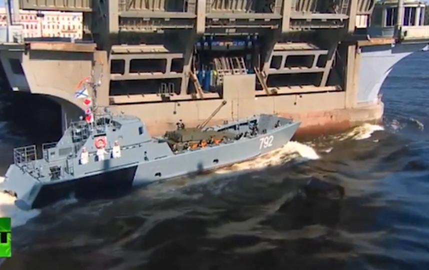 На параде в Петербурге катер столкнулся с мостом: инцидент на видео оспорили военные. Фото скриншот видео.