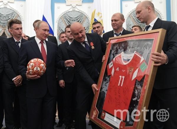 Владимиру Путину вручили футболку сборной. Фото РИА Новости