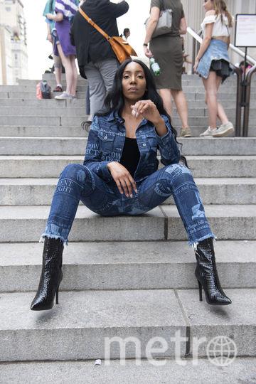 Дизайнеры оформили джинсы статьями о домогательствах. Фото Instagram, Предоставлено организаторами