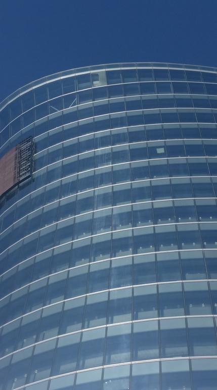 В Петербурге с большой высоты упало стекло: инцидент в ТЦ попал на видео. Фото https://vk.com/spb_today